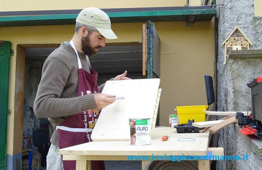 Roberto al lavoro con i prodotti AURO